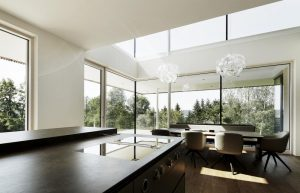 exclusiver Wohnbereich mit Elmer Ganzglasfassade
